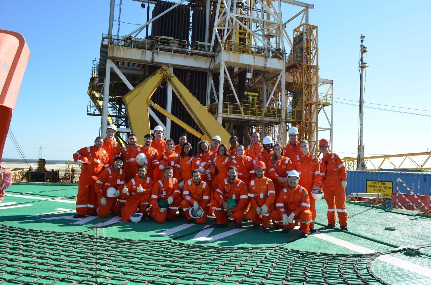 Figura 1. Alunos e Professores do LENEP/UENF visitam as instalações da sonda ODN TAY IV da Empresa Odebrecht Óleo e Gás.